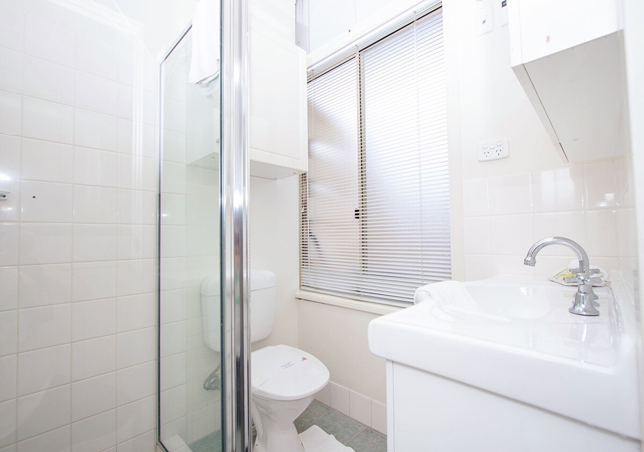 canberra short term holiday accommodation standard budget hotel motel studio unit kitchenette bathroom