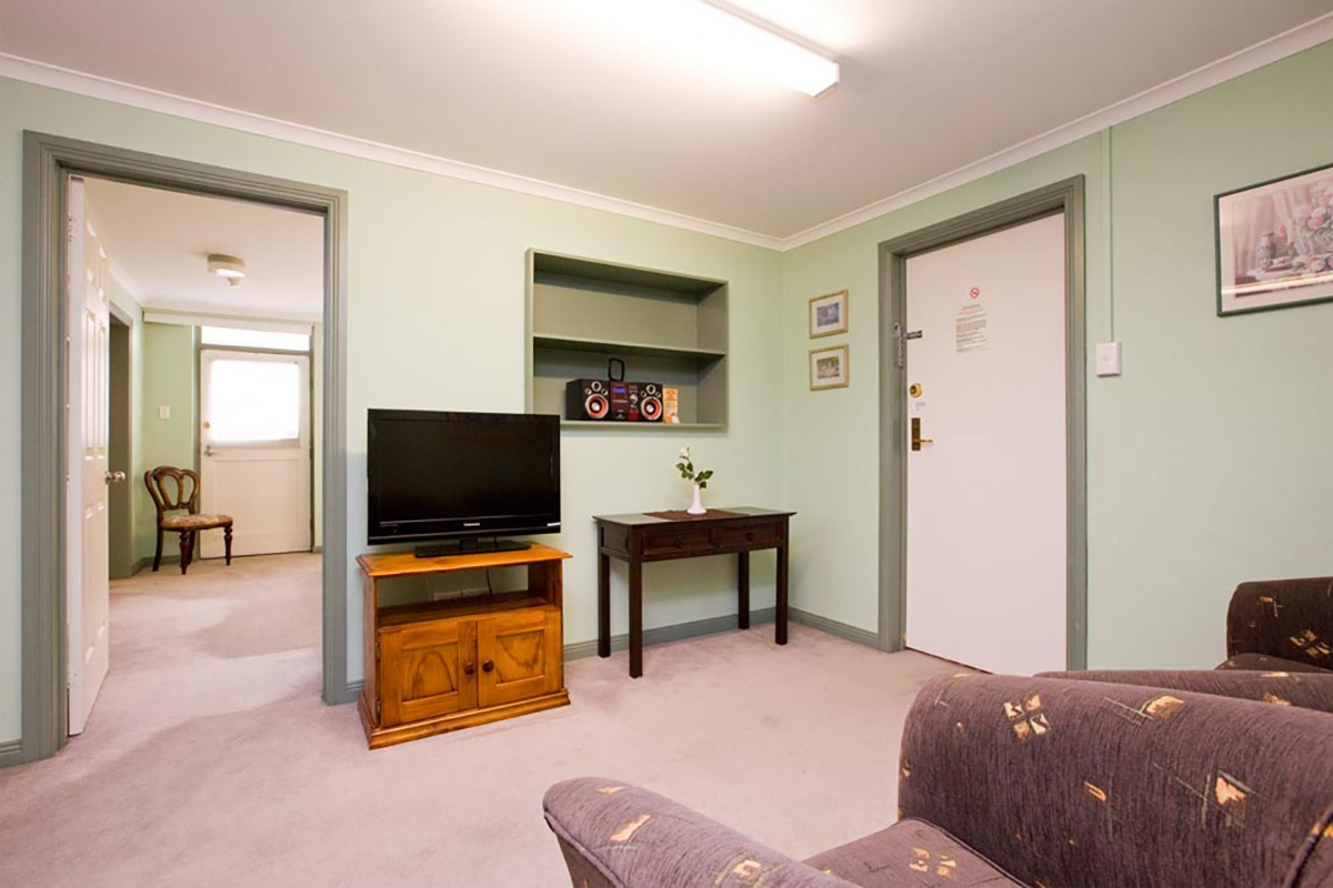 canberra short term holiday accommodation standard budget hotel motel studio unit kitchenette larger sofa couch bed bbq one bed outdoor patio budget 2 bed