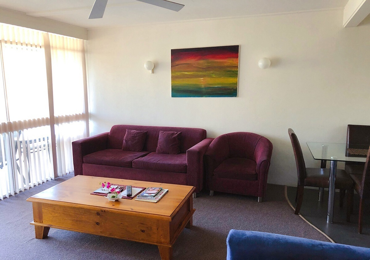 canberra short term holiday accommodation standard budget hotel motel studio unit kitchenette larger sofa couch bed bbq one bed outdoor patio budget 2 bed large