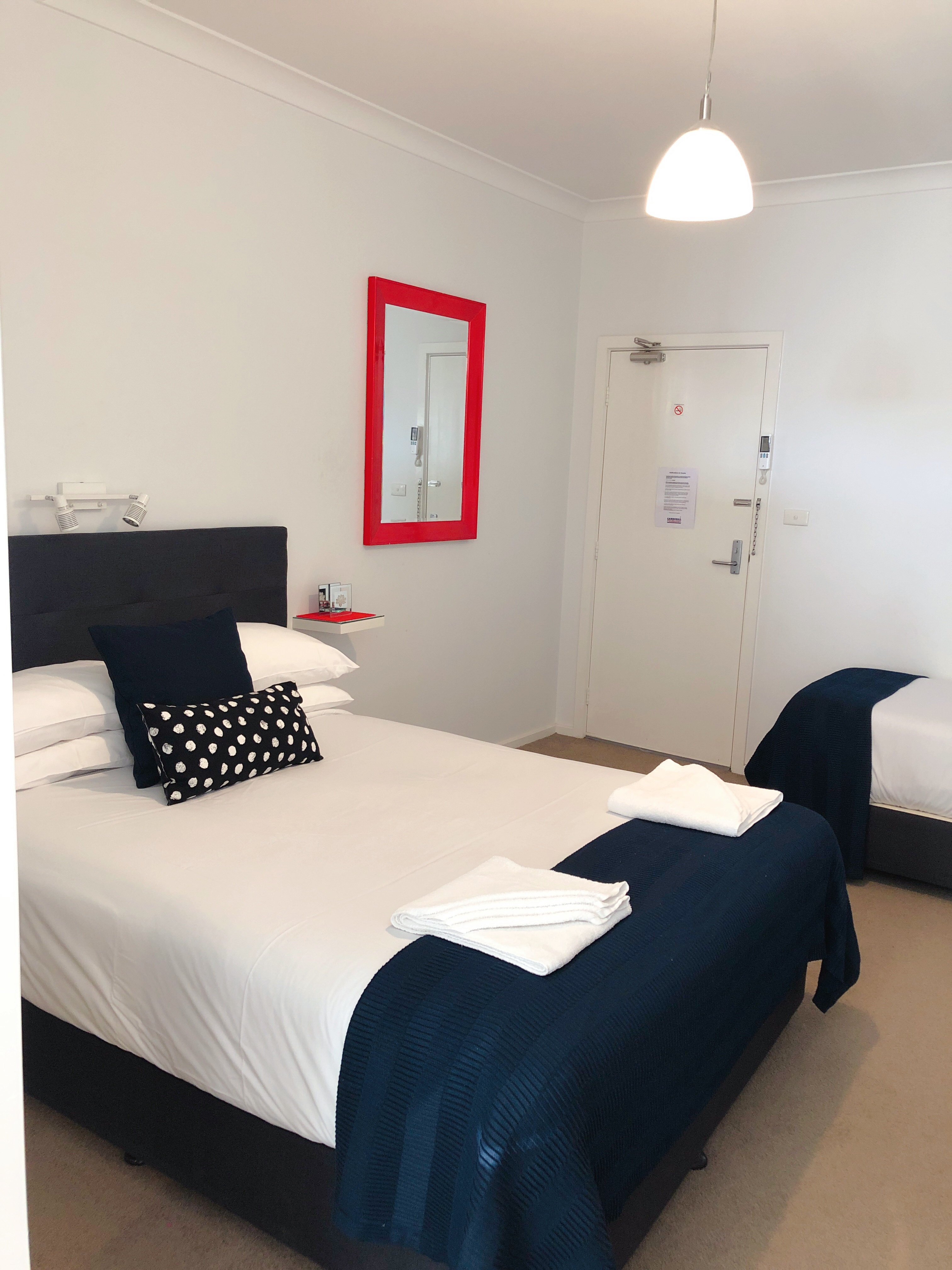 canberra short term holiday accommodation hotel motel budget family lounge bed premium studio