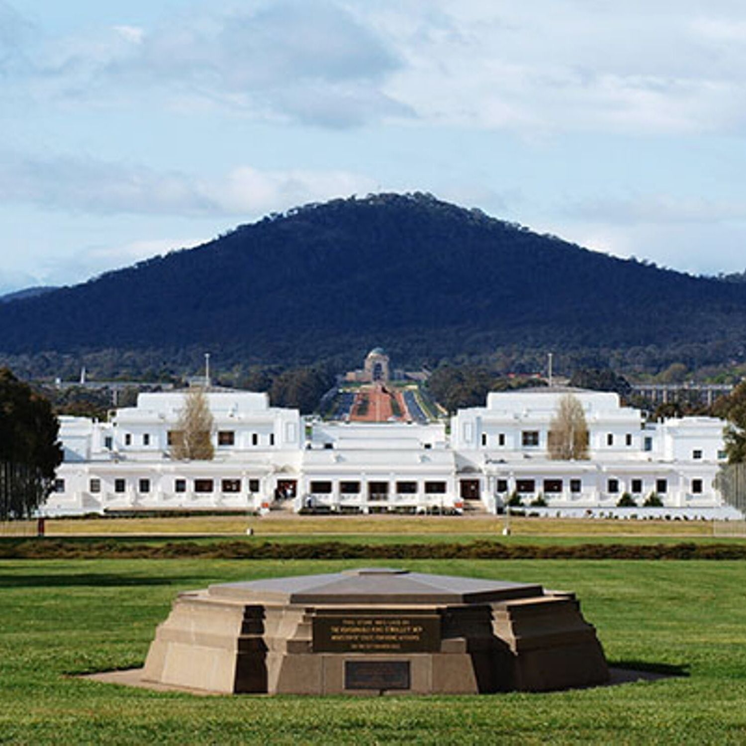 canberra short term holiday accommodation hotel motel budget ACT old parliament house australia museum democracy national icon