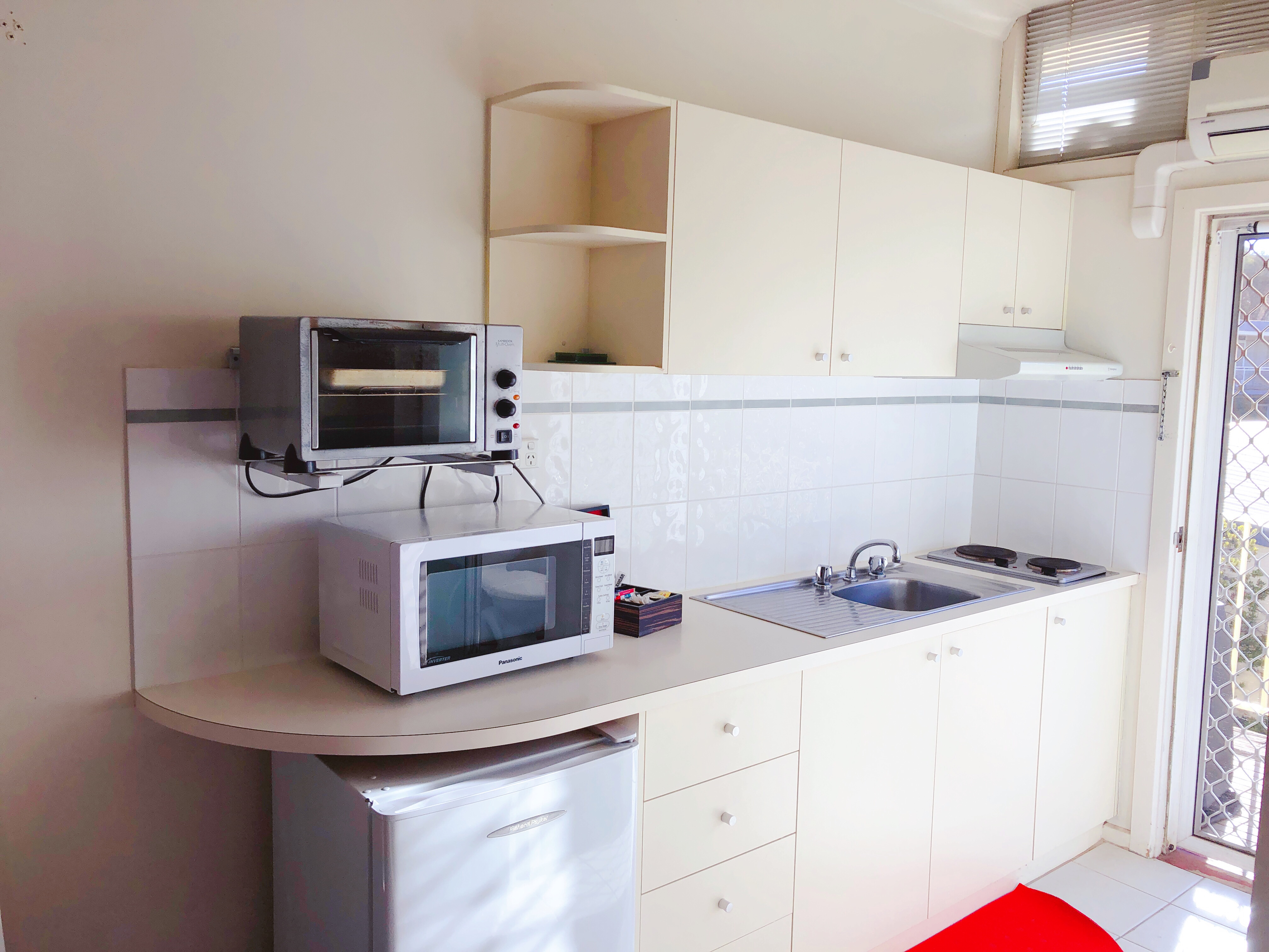 canberra short term holiday accommodation ACT kitchen kitchenette unit budget hotel stay