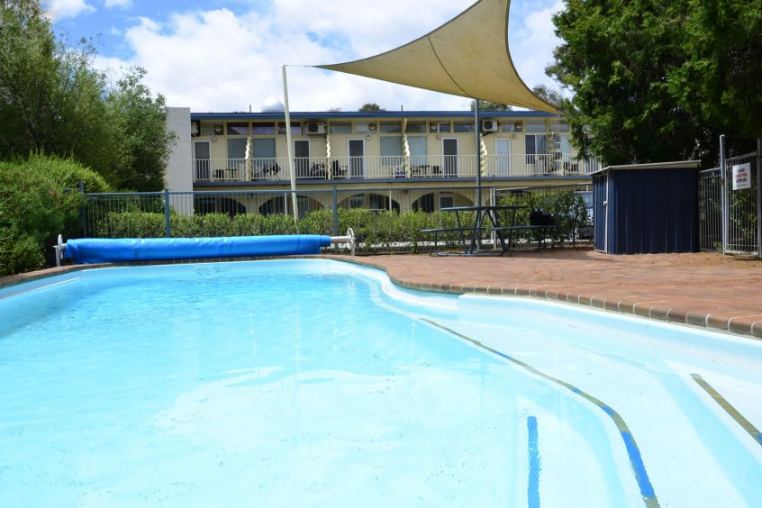 canbhol canberra short term holiday accommodation swimming pool aircon wifi summer promotion hotel discount budget family tradies